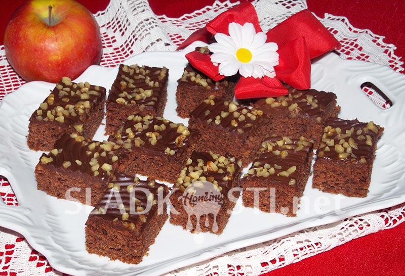 Jablečný perník s ořechy a čokoládovou polevou