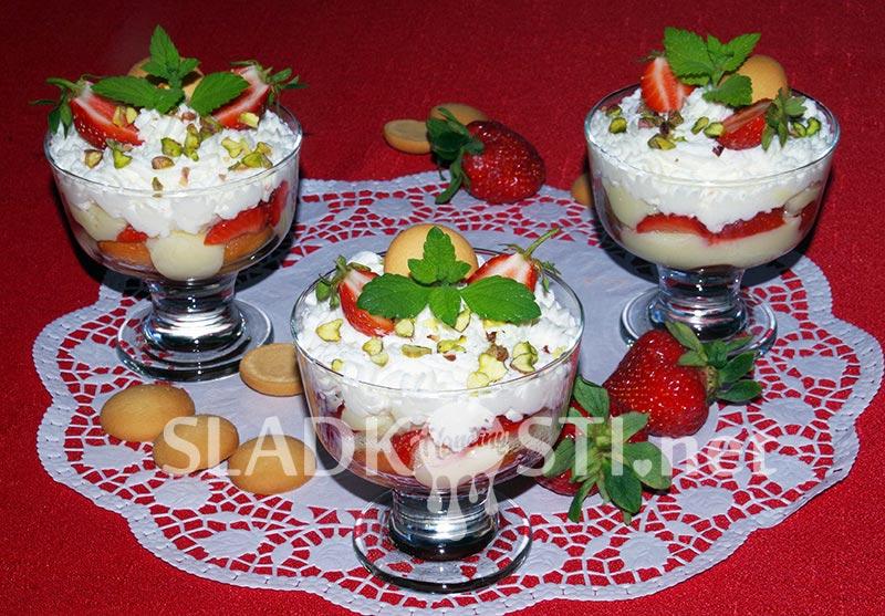 Jahodový pohár s pudinkem a šlehačkou