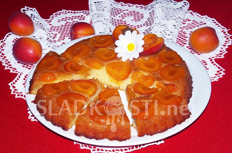 Obrácený meruňkový koláč s jogurtem