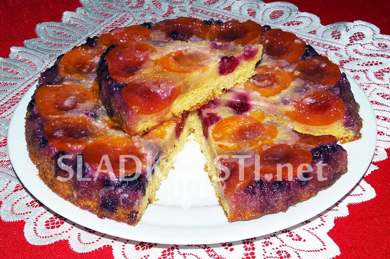 Obrácený ovocný koláč s karamelem