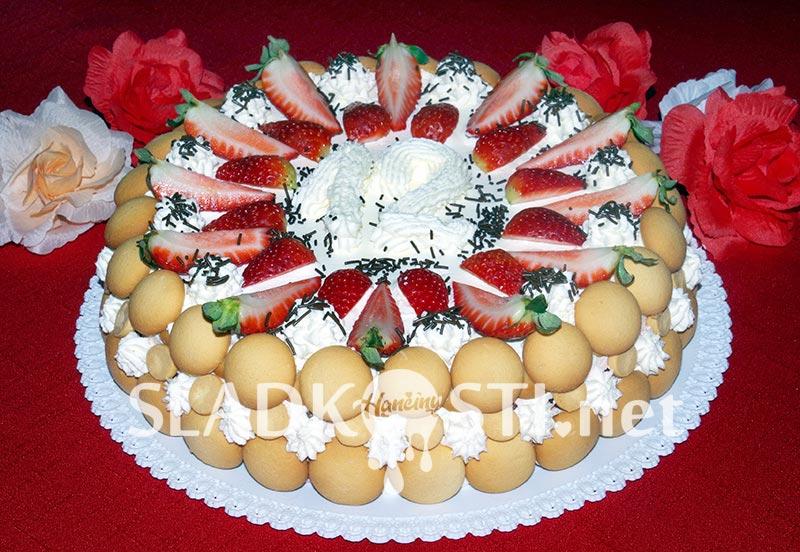 Piškotový dort mascarpone s jahodami a šlehačkou